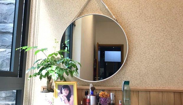 Hô biến không gian phòng ngủ với gương trang điểm treo tường dây da.