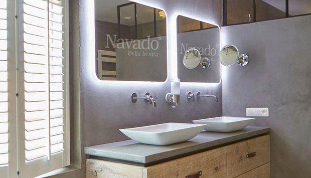Phòng tắm bắt mắt với gương decor Khánh Hòa