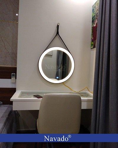 Gương treo dây da đèn led cảm ứng